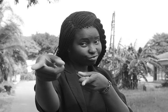una mujer afroamericana señalando lo que piensa