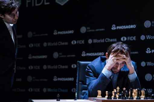 L'image clé de la ronde 8 : roulette russe à Berlin avec la folle partie d'échecs d'Alexander Grischuk, sous l'oeil de Sergey Karjakin - Photo © World Chess