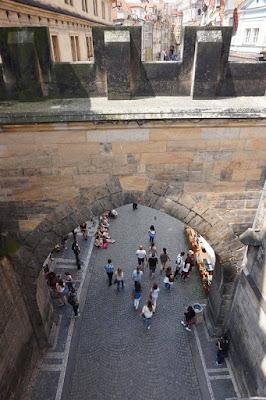 vista de la calle desde la torre del puente de Mala Strana