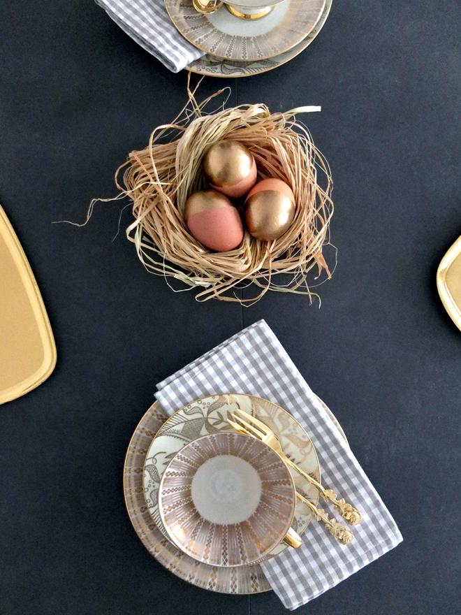 Frohe Ostern, goldene Eier, Tischdeko, Osterdeko, Dekoration, Tisch gedeckt, Ostern, Eier, DIY, Osternest, Ostereier, Bast, goldbraun, Goldei, Gold
