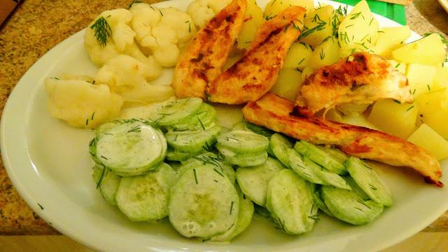 Kurczaczek z ziemniakami, kalafiorem i mizerią;-)