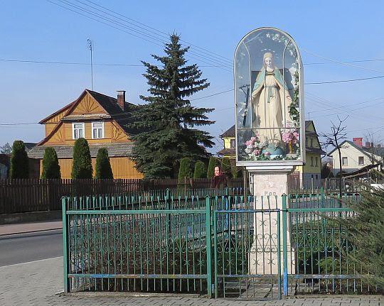 Kapliczka z figurą MB z początku XX wieku.