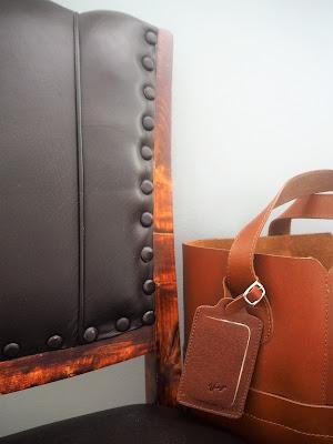 vanha tuoli, nahkatuoli, nahkalaukku, koululaukku