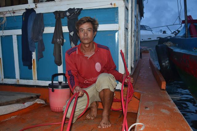 Ngư dân Mai Văn Cường với những đoạn dây hơi bị chặt phá