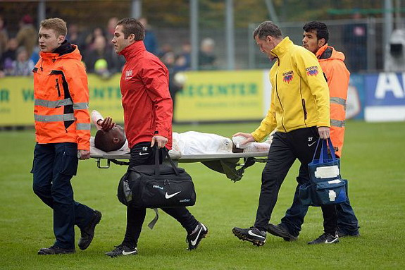 FC Zürich player Gilles Yapi-Yapo is stretchered off the pitch after getting injured against Aarau