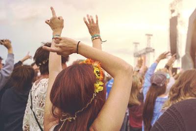 Jóvenes disfrutando de un concierto en Islandia en Verano