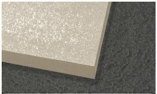 Contoh bagian tepi keramik rectified yang siku, rapi, dan presisi