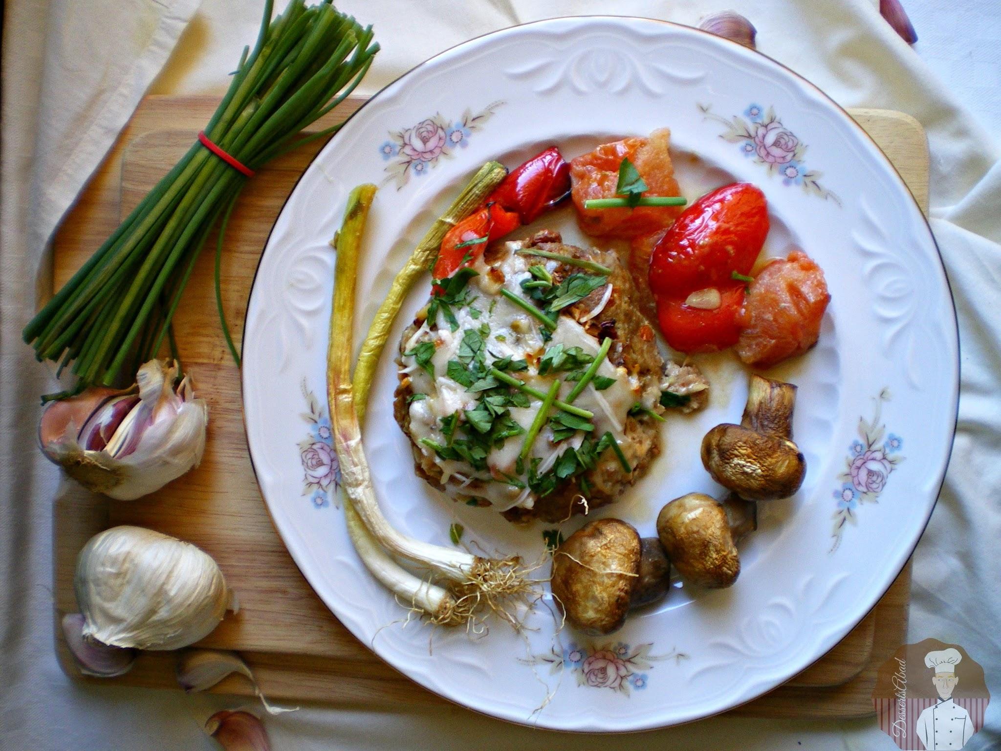 Hamburguesas sabrosas al horno con verduras