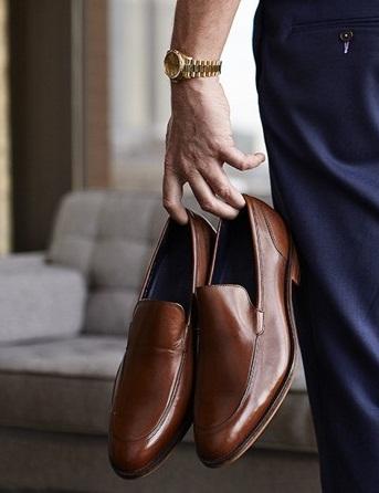 Cara Melewati Pengecekan Keamanan Bandara lepas sepatu jika diminta scurity