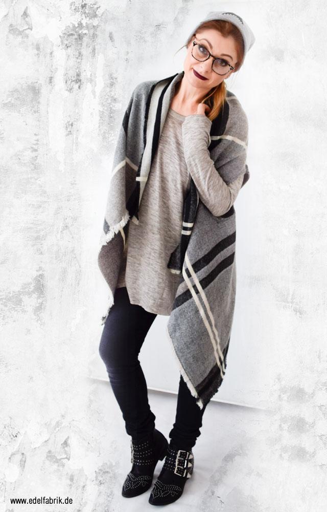 Winter Outfit, Lagenlook mit kariertem Strick Poncho und Mütze