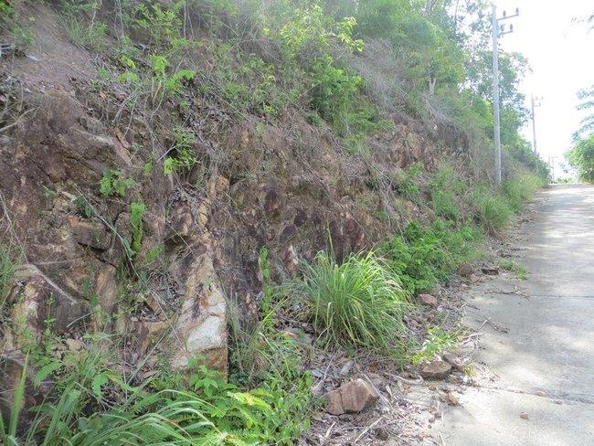 Скала вдоль дороги