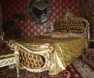 tokojati jual tempat tidur klasik cat duco putih emas design italian furniture mewah kain beludru emas  JUAL MEBEL JEPARA DI MEBEL INTERIOR KLASIK HANYA ADA DI TOKOJATI.NET DENGAN KUALITAS EXPORT MEBEL JEPARA YANG TERKENAL DENGAN MODEL TERBARU DI JEPARA