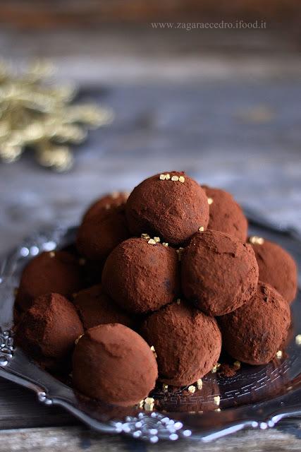 cioccolatini, tartufi al cioccolato in vassoio d'argento