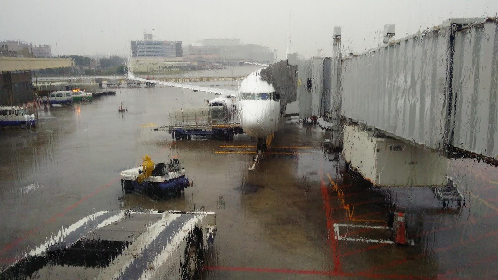 黑老闆說︱下著大雨的停機坪,馬航B737-800將載著我們飛去吉隆坡搶錢。