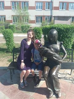 Скамейка, беременная, ребёнок и скульптура мать и дитя