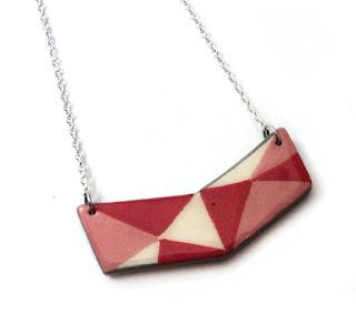 collier plastron en céramique géométrique rouge corail rose avec chaînette argent