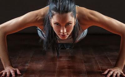 هل يفضل تناول الطعام قبل ممارسة الرياضة ام بعدها  بنت امرأة فتاة تلعب ضغط woman girl play push ups sport exercise