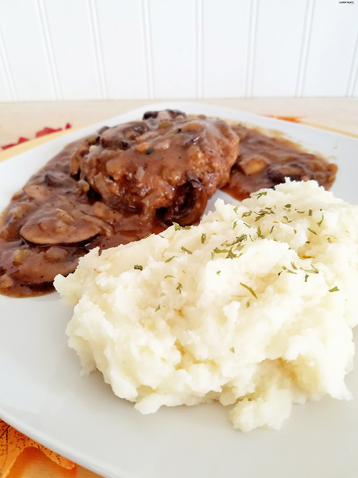 Craving something delicious to celebrate the start of fall? Try this easy to prepare Gluten Free Salisbury Steak recipe paired with Idahoan #SignatureRussets Mashed Potatoes for lunch or dinner today!
