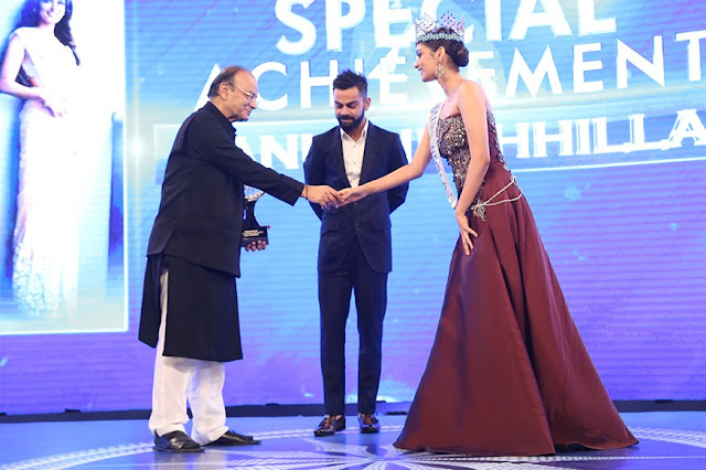 Virat Kohli and Manushi Chhillar taking award from Arun Jaitley