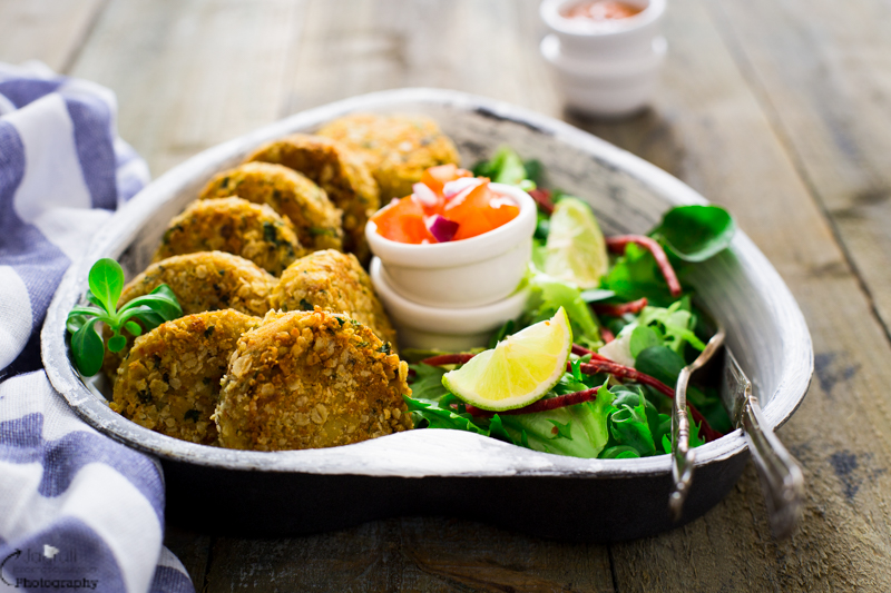 These Sun dried Tomato, Chickpea Cakes with Cashew and Oats are easy to make and a great vegan and gluten-free option to try at lunch time or kids can enjoy it after school.
