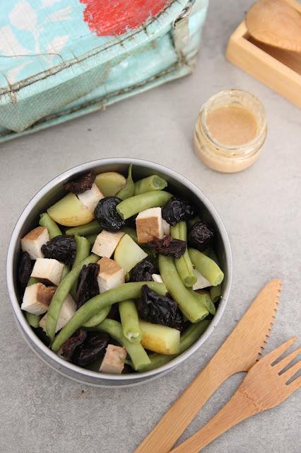 Cuillère et saladier : Salade de haricots verts, pommes de terre, tofu fumé, pruneaux et olives