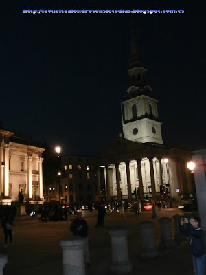Vista nocturna de la iglesia de St. Martin in the Fields.