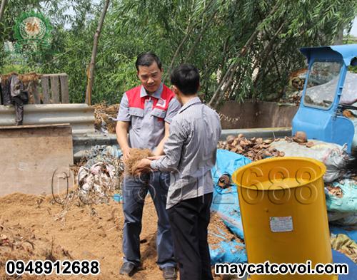 Nhà sáng chế Nguyễn Hải Châu đang tư vấn cho bà con sử dụng máy băm vỏ dừa, rơm rạ, ván bóc 3A3Kw