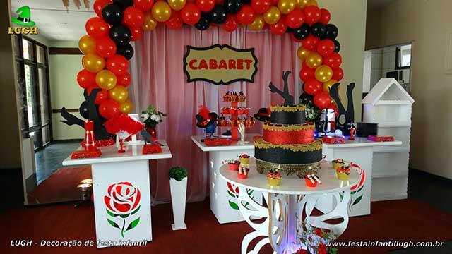 Decoração provençal simples para festa de aniversário tema Cabaret com cortinas e elipse