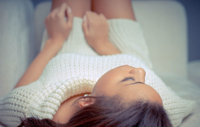 Donna che soffre di disturbi del ciclo mestruale