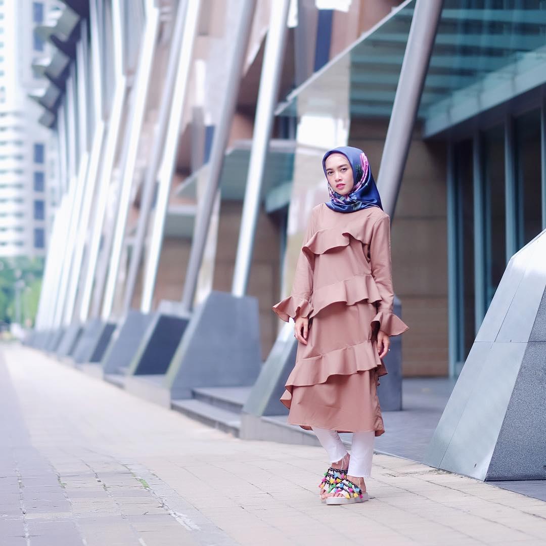 Outfit Baju Atasan Berhijab Ala Selebgram 2018 hijab kerudung segiempat square hijab biru tua pink blouse top ciput tunic krem legging longpants sobek putih sendals bohemian kuning biru muda ootd outfit 2018 selebgram batu bata gedung tiang abu abu selebgram genteng jendela