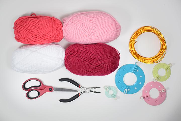 matériel diy coeur en pompons de laine
