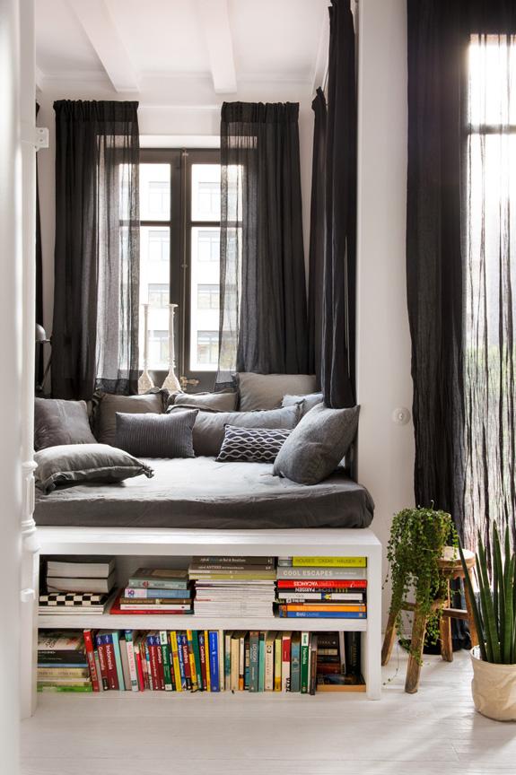 estilo nordico decoracion nordica industrial cojines nordicos funda de cojin almacenamiento extra sofa gris libros interiorismo barcelona alquimia deco