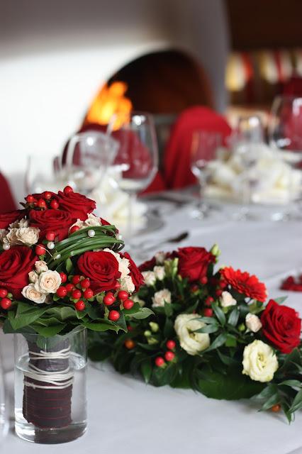 Rote Rosen und Kaminfeuer, Herbsthochzeit in den Bergen von Garmisch-Partenkirchen, Hochzeitslocation in Bayern, Riessersee Hotel - Bordeaux, rote Rosen, herbstlich