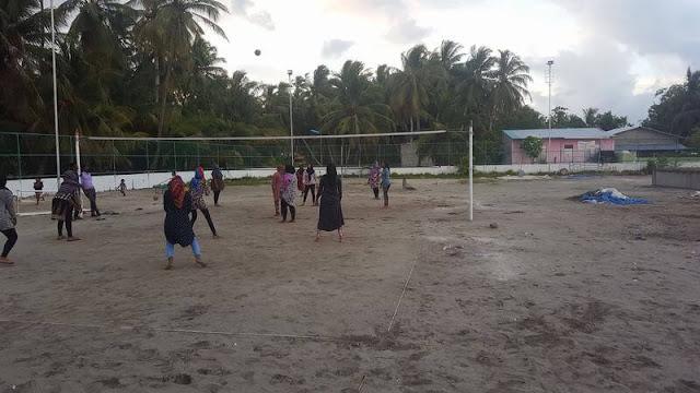 mujeres con velo jugando a voleybol isla de Nilandhoo Maldivas