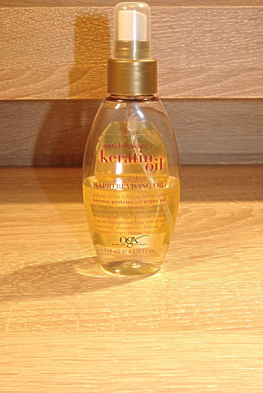 5db3250accf Õli on kerges plastikpudelis ning see on varustatud spreiga, toodet on  pudelis 118 ml ning hinnaks orienteeruvalt 10-11€. Õli lubab olla juuste  lõhenemise ...