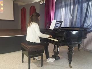 Μαθήτρια παίζει πιάνο κατά την υποδοχή της Σιμονετάτου