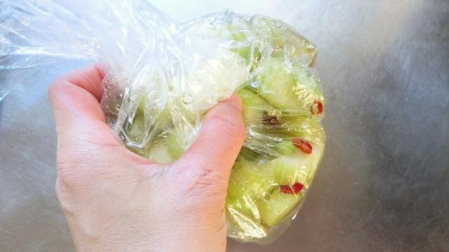 セルリーを甘酢液に浸し、袋の上からよくもみ込んで馴染ませます。