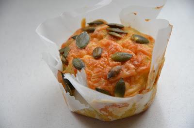 muffins met maïs, kaas en courgette.