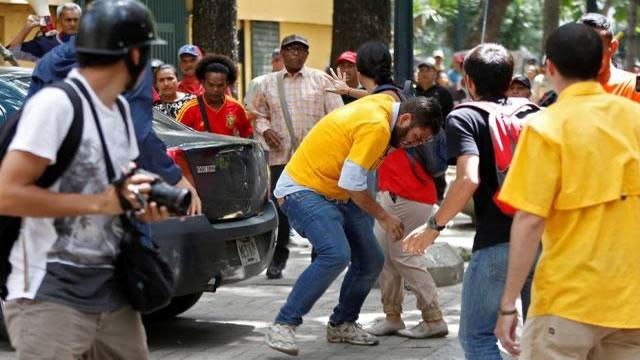 Colectivos atacaron a diputados Juan Requesens y José Brito