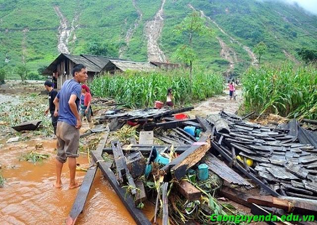 Nhiều ngôi nhà chỉ còn lại là đống đổ nát.