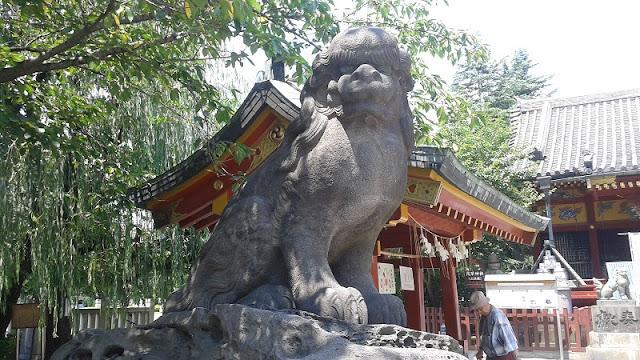Perro protector en el templo Asakusa Shrine