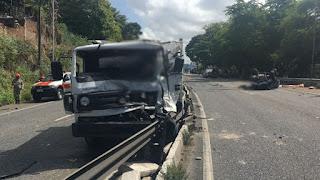 Acidente entre caminhão reboque e carro de passeio deixa dois mortos na BR-230