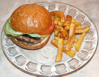 hamburger, hamburgeri, hamburgeri de casa, sandwich, burger, cheeseburger, barbecue, fripturi, retete pentru gratar, retete, retete culinare, retete de mancare, fast food, reteta hamburger, retete hamburger, hamburgeri americani, hamburger american, gustari, retete straine, retete traditionale americane, mancare americana, hamburger de porc cu cartofi prajiti, hamburger de vita, hamburger de curcan, gratare, sandwich-burger,