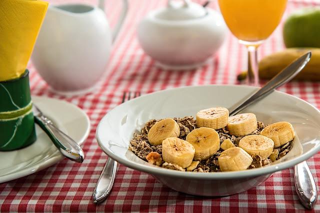 banana com cereais matinais
