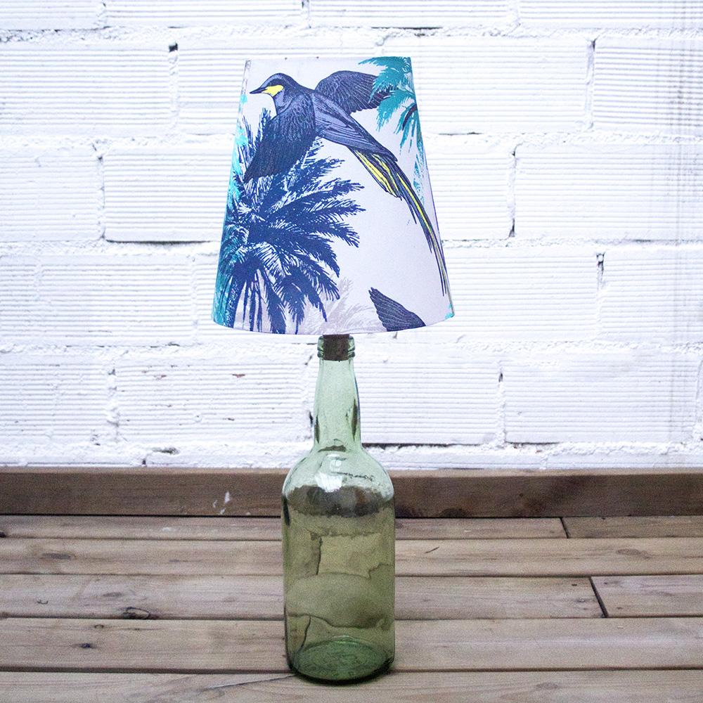 Una botella transformada en una lámpara