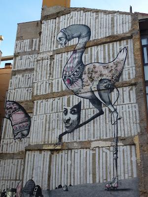 Vogel auf Rollschuhen mit Maske, großes, surreales mural in Saragossa