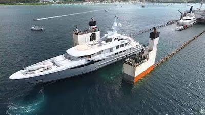 Το πλοίο που μεταφέρει τεράστια yacht λειτουργεί με εντυπωσιακό τρόπο