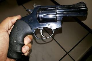 http://vnoticia.com.br/noticia/1868-revolver-calibre-38-furtado-no-rio-de-janeiro-e-apreendido-em-guaxindiba