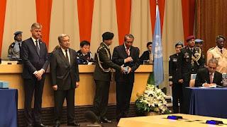 Dian Triansyah Djani mewakili Indonesia menerima penghargaan medali Dag Hammarskjöld