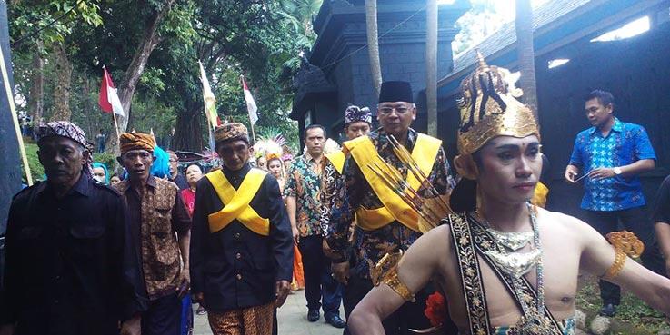 Bupati Malang disambut meriah dengan kesenian khas suku Tengger.